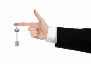 Как выселить жильцов если есть договор