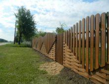 Как правильно установить забор между соседями